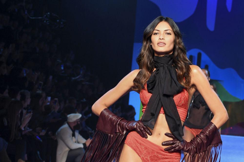 Modelo exibe nova lingerie da Etam durante o Paris Fashion Week