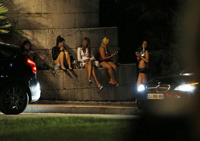 Prostitutas esperam por clientes na França