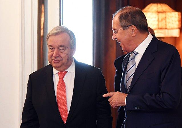 O secretário-geral da ONU, Antonio Gueterres (à esquerda) em encontro com o ministro das Relações Exteriores da Rússia, Sergei Lavrov (à direita).