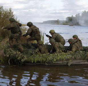 Militares das Tropas Aerotransportadas da Rússia ultrapassam obstáculos aquáticos no decurso dos treinamentos táticos no polígono de Pesochnoe na região russa de Kostroma