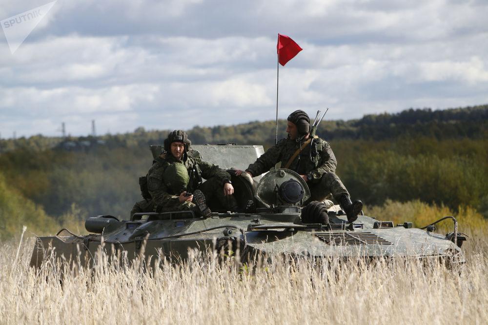 Tanquistas tomam parte em treinamentos táticos na região russa de Kostroma
