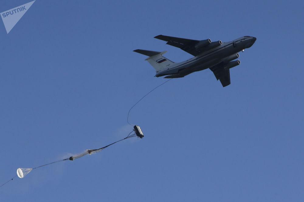 Desembarque de militares e veículos de combate desde um avião de transporte Il-76 realizado no âmbito dos exercícios das Tropas Aerotransportadas russas