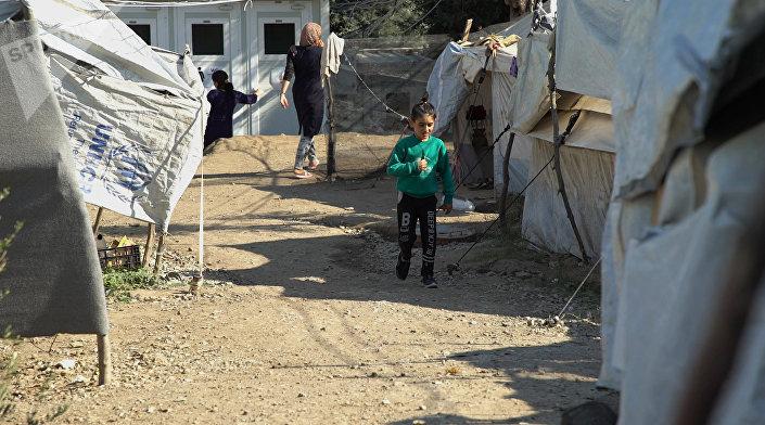 Menina caminhando pelo campo de Moria