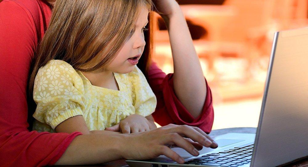 Uma criança frente ao computador