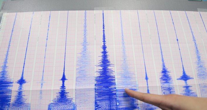 Membro da equipe do Centro de Sismologia aponta para gráfico mostrando a atividade do terremoto detectada pelo Centro de Meteorologia central em Taipé, em 20 de abril de 2015 (imagem de arquivo)