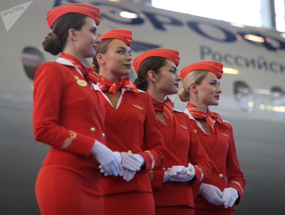 Aeromoças da companhia aérea russa Aeroflot durante a cerimônia de entrega de um novo avião.