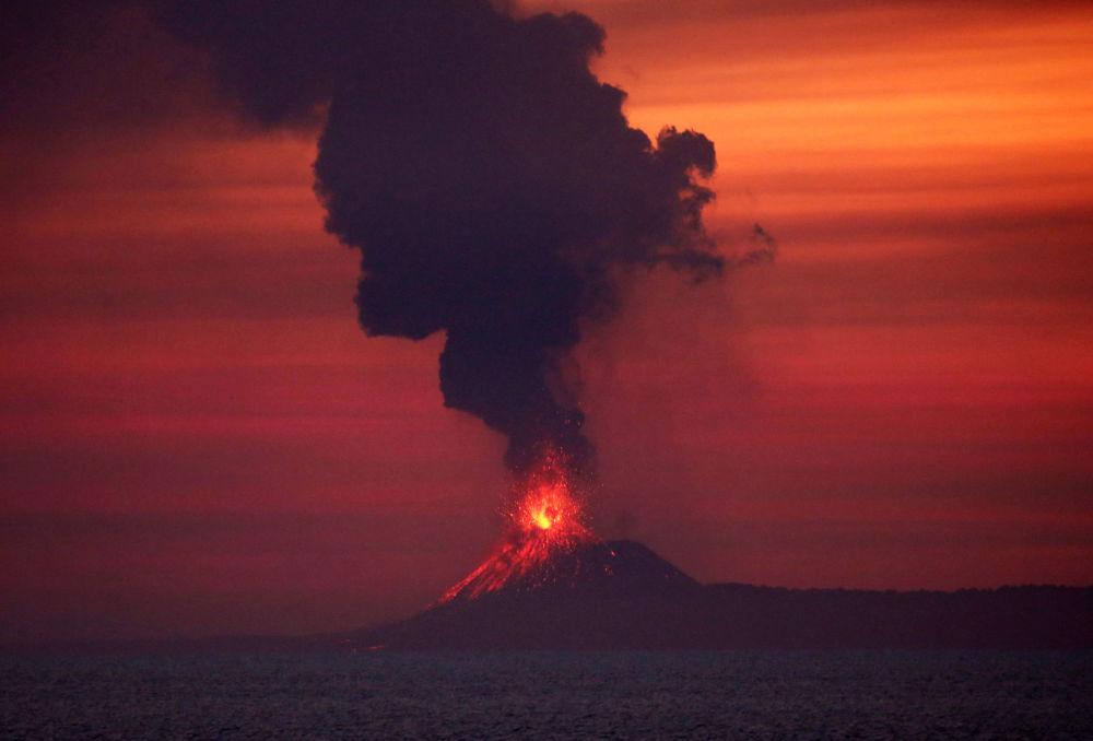 Vulcão Anak Krakatau no oceano Índico.