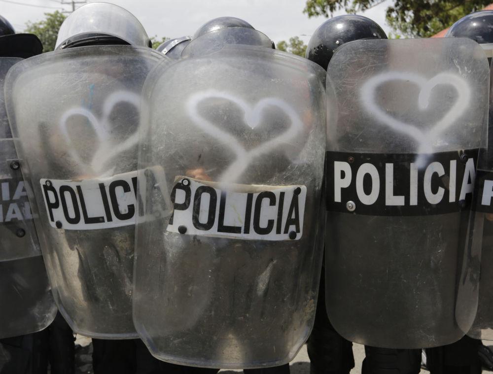 Grafites em forma de corações nos escudos de policiais feitos por ativistas durante protestos contra o governo do presidente da Nicarágua, Daniel Ortega, em Manágua.