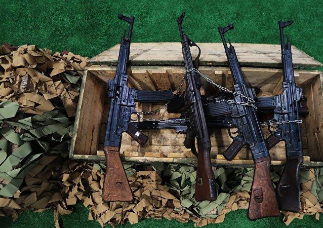 Fuzis de assalto alemães Sturmgewehr 44, utilizados durante a Segunda Guerra Mundial