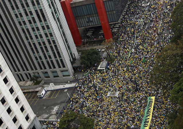 Manifestação de apoio ao candidato à Presidência da República, Jair Bolsonaro (PSL), em São Paulo. Na foto, a Avenida Paulista cheia de pessoas na altura do Museu de Arte de São Paulo (MASP). Foto de 30 de setembro de 2018.