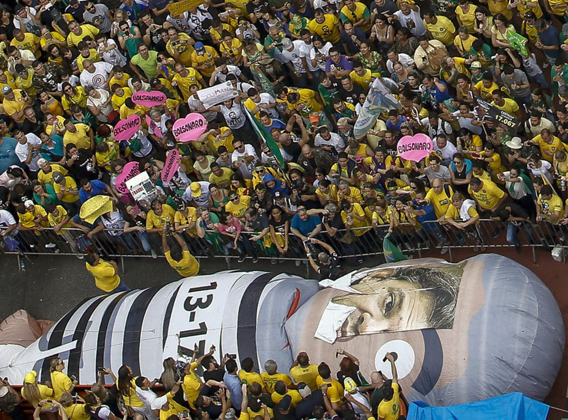 Manifestação em prol de Jair Bolsonaro (PSL) candidato à Presidência da República em 2018. Na foto, manfiestantes e o chamado pixuleco do ex-presidente Luiz Inácio Lula da Silva com uma máscara do atual canditado à Presidência do PT, Fernando Haddad.
