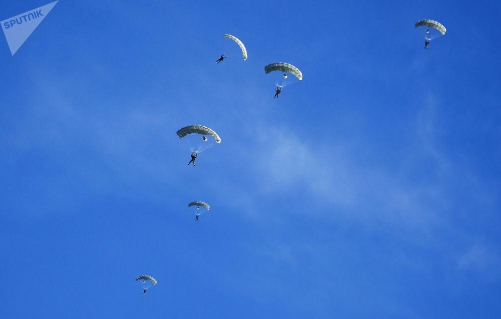 Paraquedistas utilizando o sistema de propósito específico, Arbalet-2, durante exercícios conjunto militares entre as Tropas Aerotransportadas russas e  Forças de Operações Especiais bielorrussas
