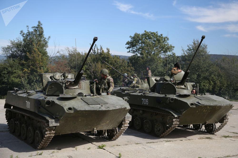 Militares no tanque BMD-2 durante exercícios conjunto militares entre Tropas Aerotransportadas russas e Forças de Operações Especiais bielorrussas