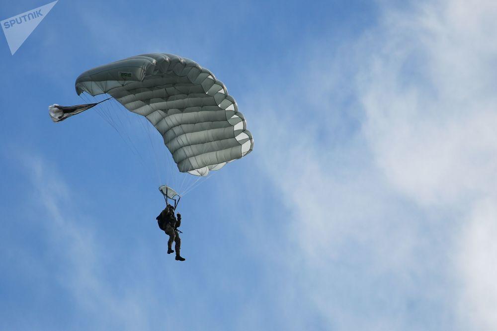 Paraquedista utilizando o sistema de propósito específico, Arbalet-2, durante exercícios conjunto militares entre Tropas Aerotransportadas russas e Forças de Operações Especiais bielorrussas