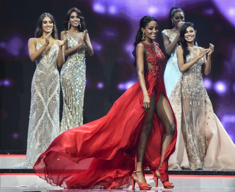 Concorrente Alma Diaz usando vestido vermelho durante concurso de beleza Miss Colômbia 2018, em Medellín