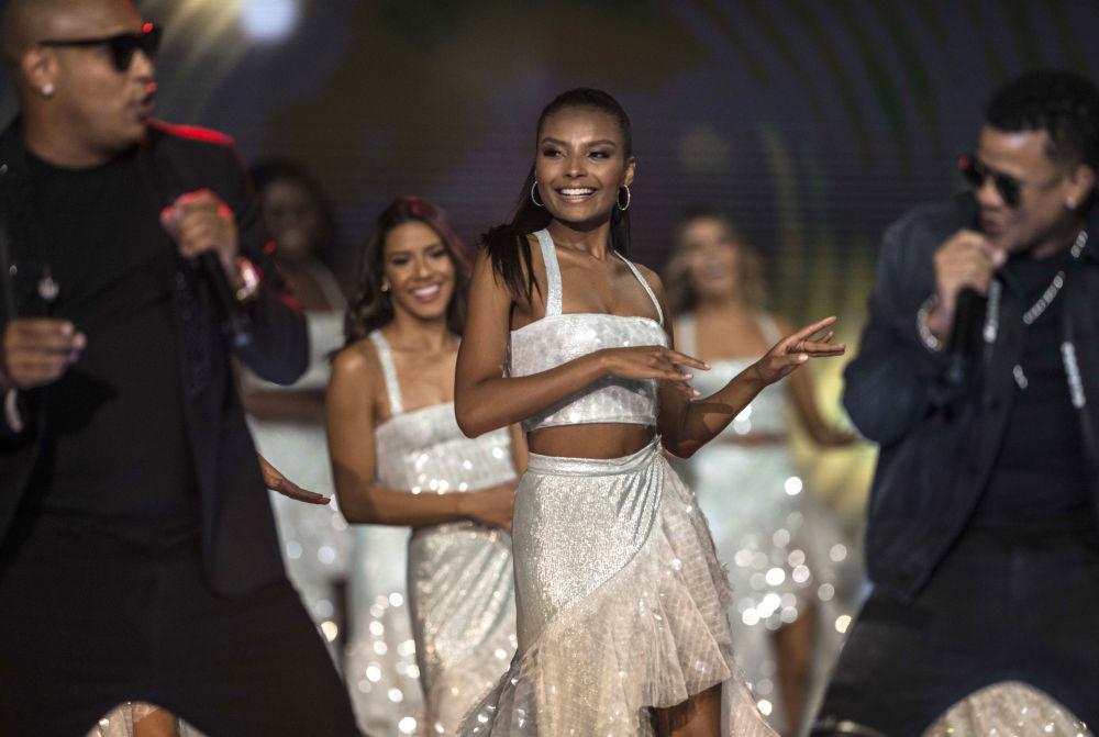Concorrentes se apresentam dançando no concurso Miss Colômbia 2018 em Medellín, em 30 de setembro de 2018