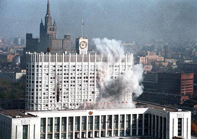 Prédio do governo de Moscou pegou fogo quando as tropas do governo o atacaram, em outubro de 1993