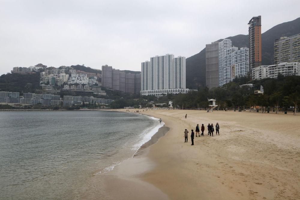 Praia Repulse Bay, Hong Kong. Na praia os turistas podem encontrar peixes mortos, mas o pior é outra coisa. As fábricas situadas por perto despejam substâncias químicas na água, o que leva ao surgimento de bactérias e algas tóxicas