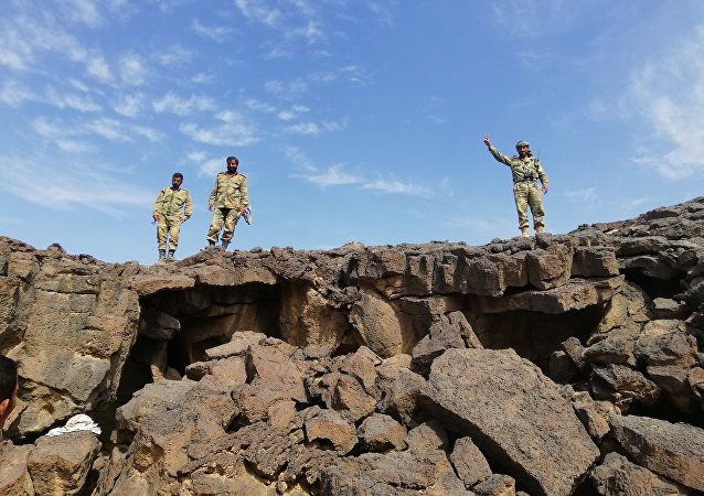 Soldados sírios na área libertada dos terroristas no deserto de As-Suwayda