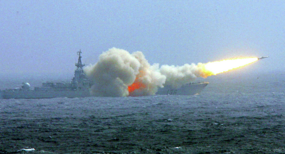 Destróier da Marinha da China lança um míssil durante manobras no mar do Sul da China (foto de arquivo)