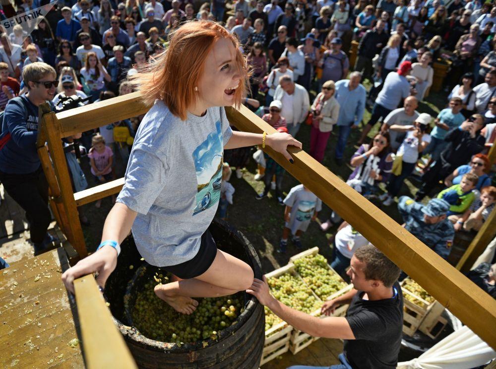 Participante de concurso no âmbito do festival de vinho novo WineFest em Balaclava, na Crimeia