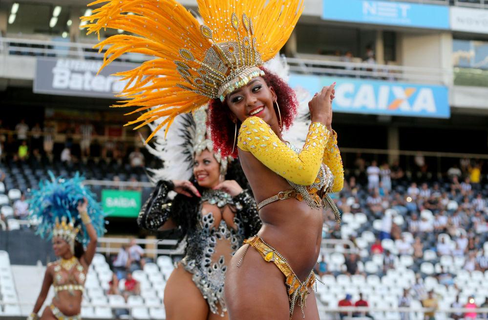 Dançarinas animam público antes do jogo entre os times Botafogo e São Paulo no Estádio Olímpico Nilton Santos, no Rio de Janeiro