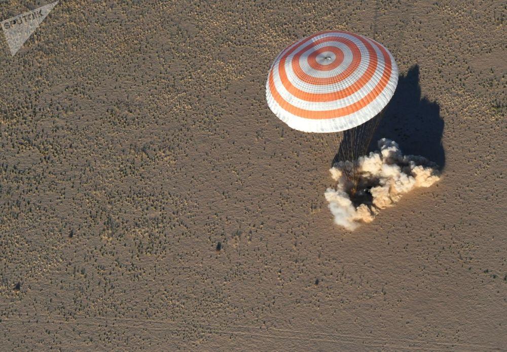 Aparelho da espaçonave Soyuz MS-08 desce para a Terra