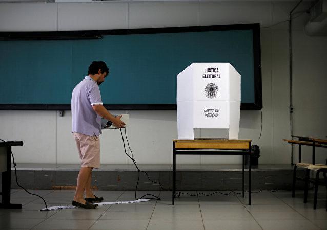 Funcionário de uma seção eleitoral no Brasil na véspera das eleições, em 6 de outubro de 2018