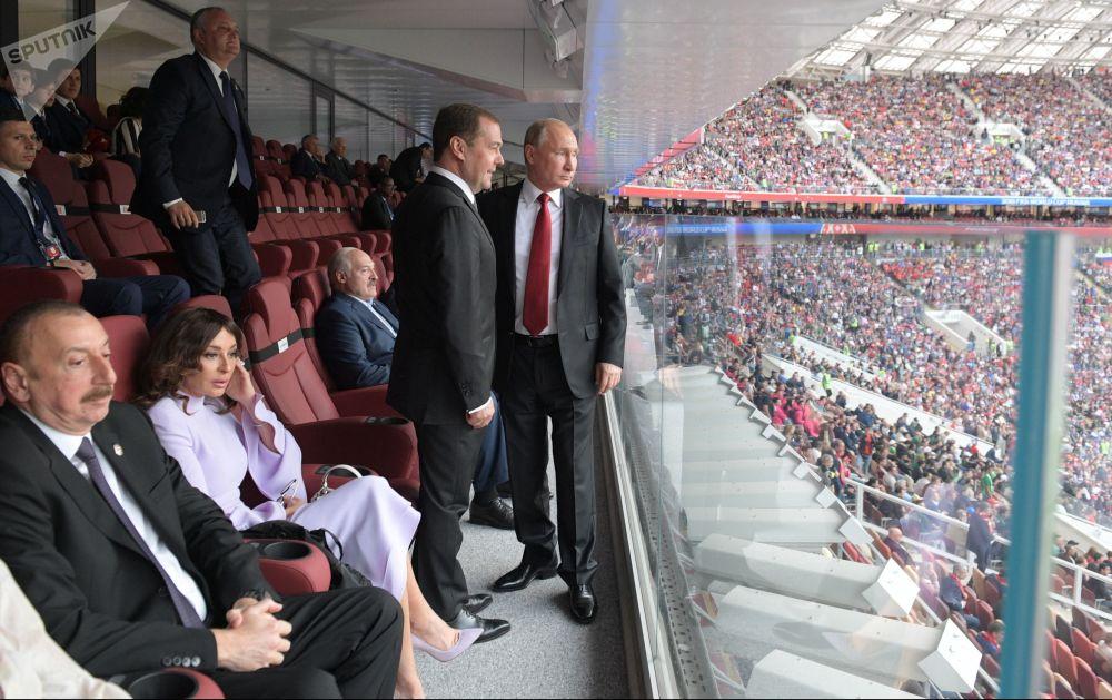 O presidente russo assiste a partida de estreia da Copa do Mundo de 2018 entre as seleções da Rússia e da Arábia Saudita, 14 de junho de 2018
