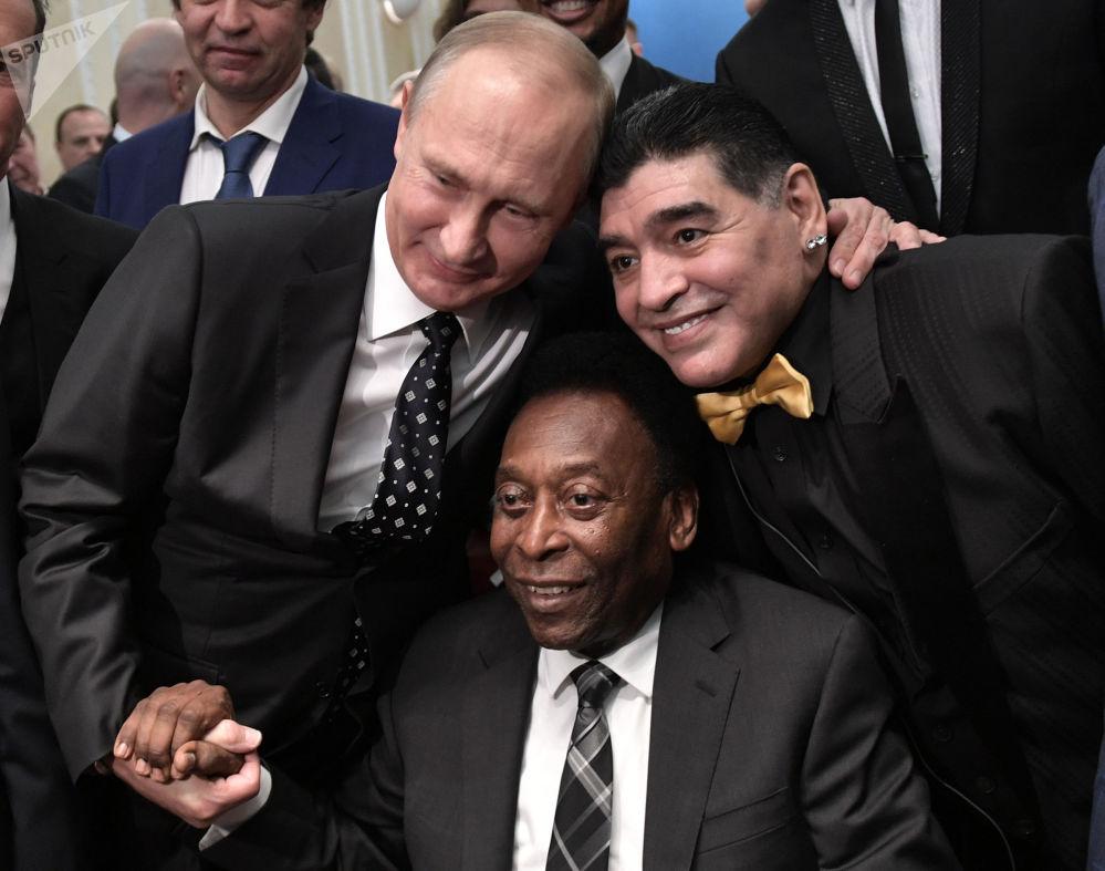 Vladimir Putin e os lendários jogadores Pelé e Diego Maradona durante o sorteio para a Copa do Mundo de 2018, 1 de dezembro de 2017
