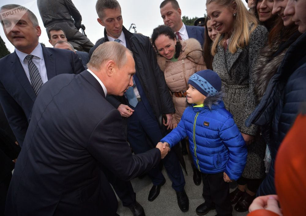 Vladimir Putin fala com cidadãos de Yalta após a cerimônia de inauguração do monumento ao imperador Alexandre III, em 18 de novembro de 2017