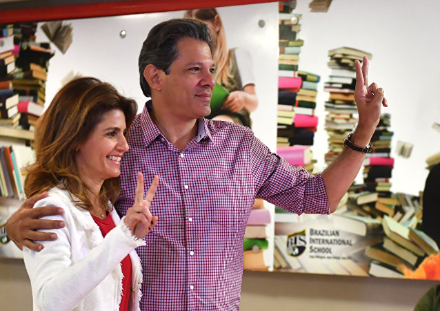 Candidato à presidência do Brasil, Fernando Haddad (PT), vota em São Paulo junto com sua esposa, em 7 de outubro de 2018