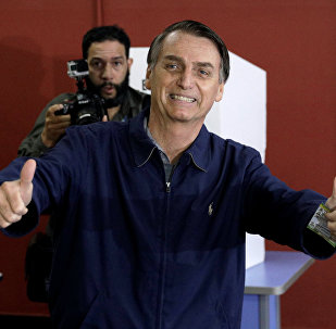 Jair Bolsonaro, candidato à Presidência do Brasil, coloca seu voto, em 7 de outubro de 2018