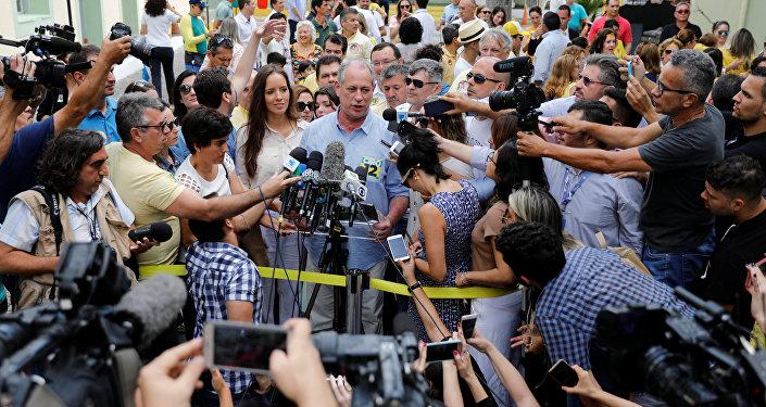 Ciro Gomes, candidato presidência do Brasil, fala com jornalistas após votar em 7 de outubro de 2018