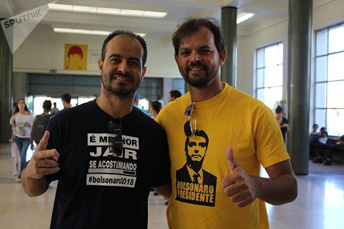 Anderson de Medeiros junto com seu amigo votam nas presidenciais brasileiras em Lisboa, em 7 de outubro de 2018