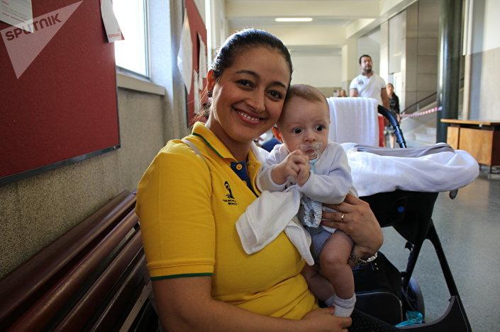 Brasileira Jéssica Moreira votando nas eleições presidenciais em Lisboa, em 7 de outubro de 2018