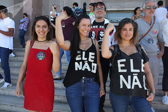 Brasileiras Graziela Salvatori e Renata Camargo se manifestando contra a candidatura de Bolsonaro em Lisboa no dia das eleições, em 7 de outubro de 2018