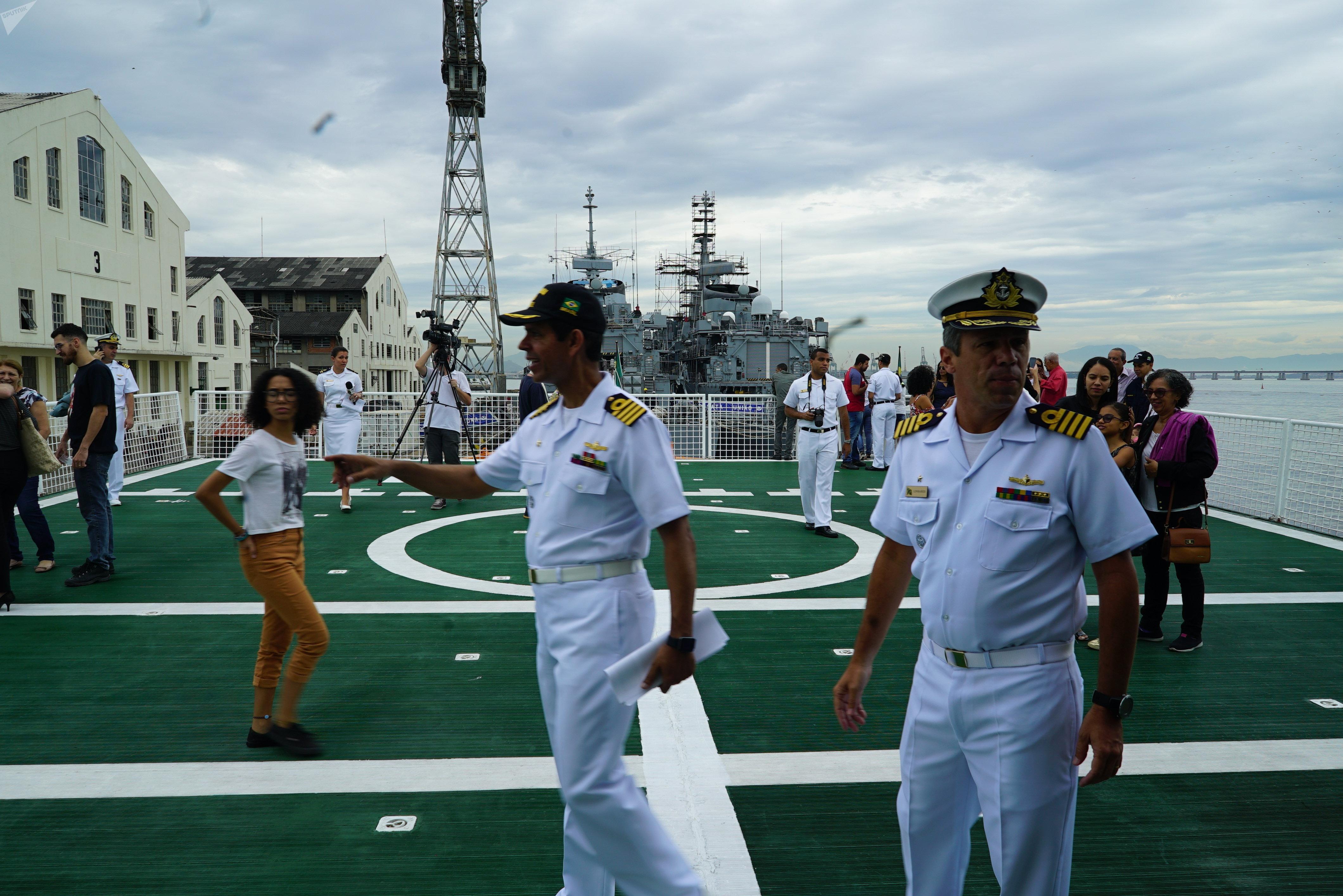 Capitão de mar e guerra Pedro Augusto Bittencourt Heine Filho (esquerda), no convés do navio polar Almirante Maximiano, no Arsenal de Marinha do Rio de Janeiro