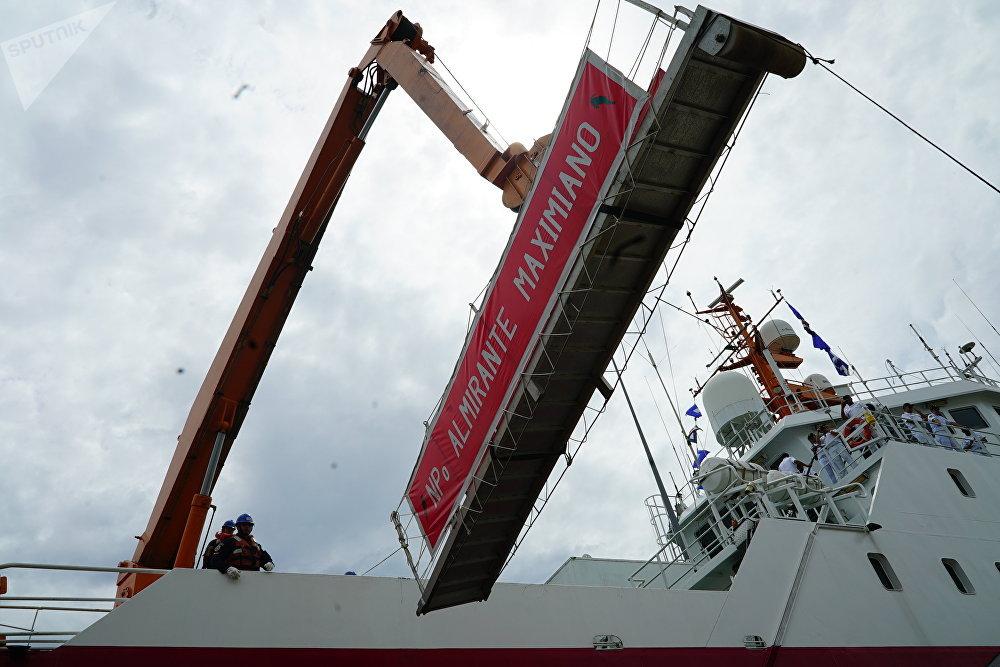 Rampa de atracação do navio polar Almirante Maximiano durante partida do Arsenal de Marinha do Rio de Janeiro rumo à Antártica