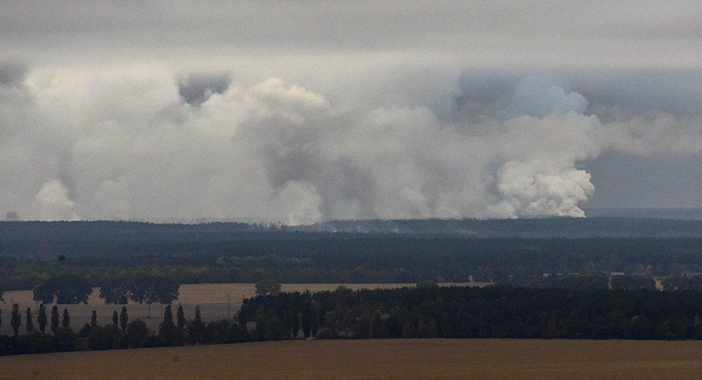 Fumaça após incêndio e explosões atinge depósito de munição do Ministério da Defesa ucraniano na região de Chernigov, em 9 de outubro de 2018