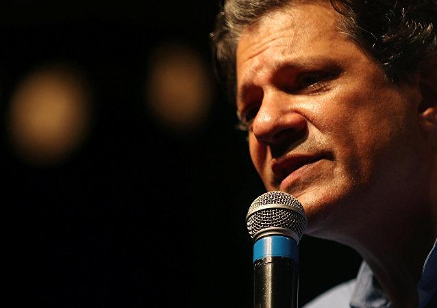 Fernando Haddad, candidato à Presidência do Brasil, discursa durante um comício no Rio de Janeiro, em 1 de outubro de 2018