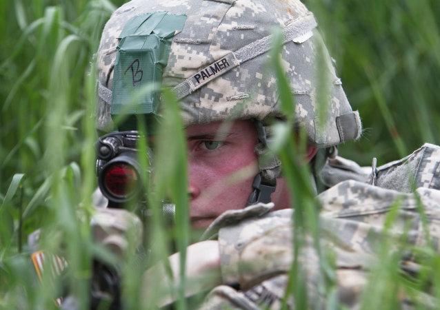 Paraquedista dos EUA, que faz parte da missão de paz da OTAN no Kosovo, maio de 2015