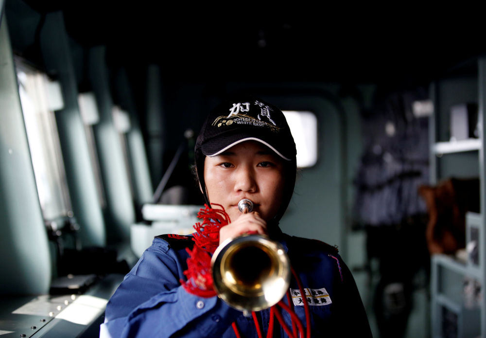 Mulher marinheira Yuma Osaki a bordo do porta-helicópteros japonês Kaga