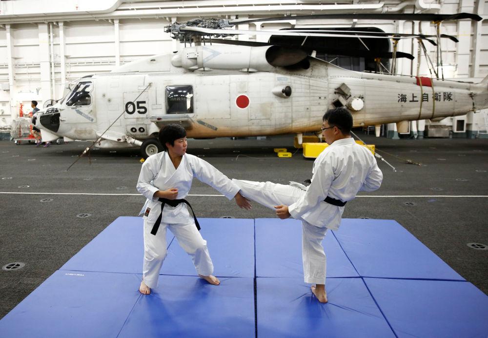 Jovem marinheira pratica artes marciais a bordo do navio japonês Kaga