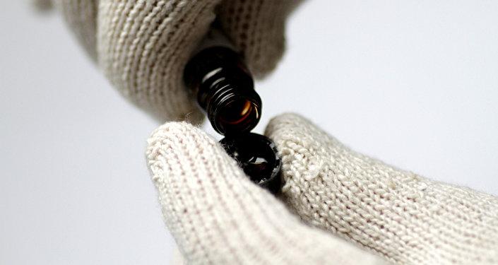 Petróleo bruto sendo virado em um recipiente (imagem de arquivo)