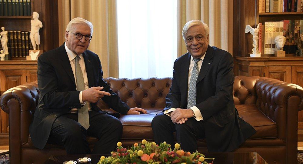 O presidente grego, Prokopis Pavlopoulos, à direita, encontra-se com o presidente alemão, Frank-Walter Steinmeier, no Palácio Presidencial, em Atenas, nesta quinta-feira, 11 de outubro de 2018