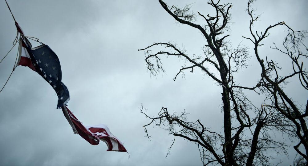 Bandeira norte-americana rasgada durante o furacão Michael, Panama City, Flórida, 10 de outubro de 2018