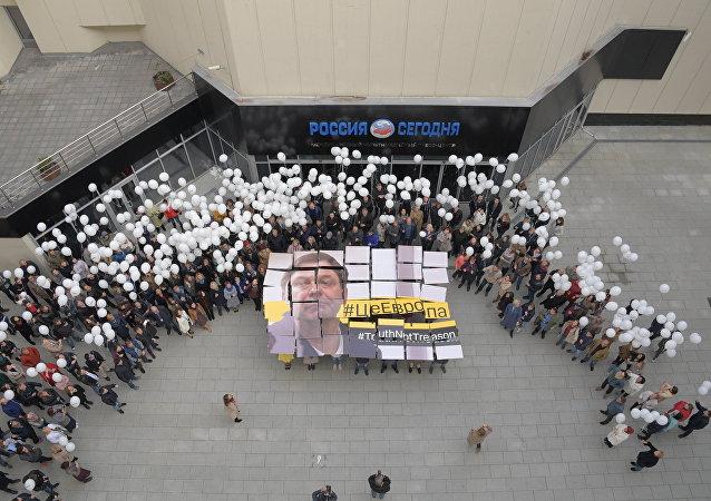 Jornalistas se juntaram na sede da agência Rossiya Segodnya em Moscou em apoio ao jornalista Kirill Vyshinsky preso na Ucrânia