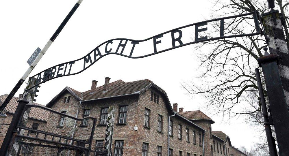 Foto da placa no portão principal do antigo campo de concentração e extermínio nazista alemão Auschwitz
