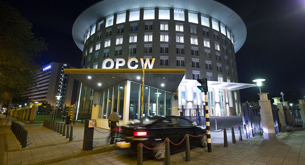 Um carro chega à sede da Organização para a Proibição de Armas Químicas, OPAQ, em Haia.